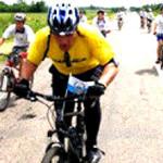 Pastore in bici per tutto il mondo per aiutare gli orfani