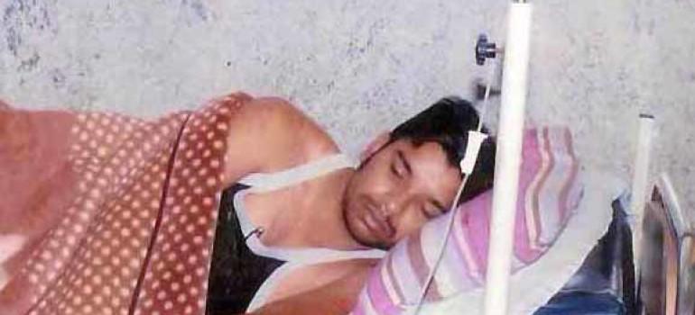 Estremisti indù feriscono un pastore e poi cercano di tagliargli la gola in ospedale.