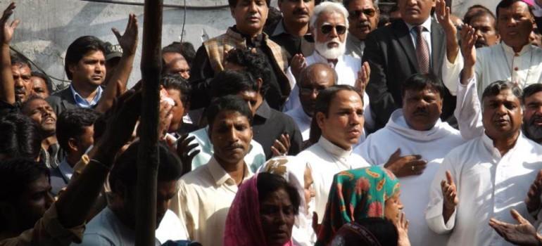 Pakistan: Cristiano condannato all?ergastolo per un SMS blasfemo
